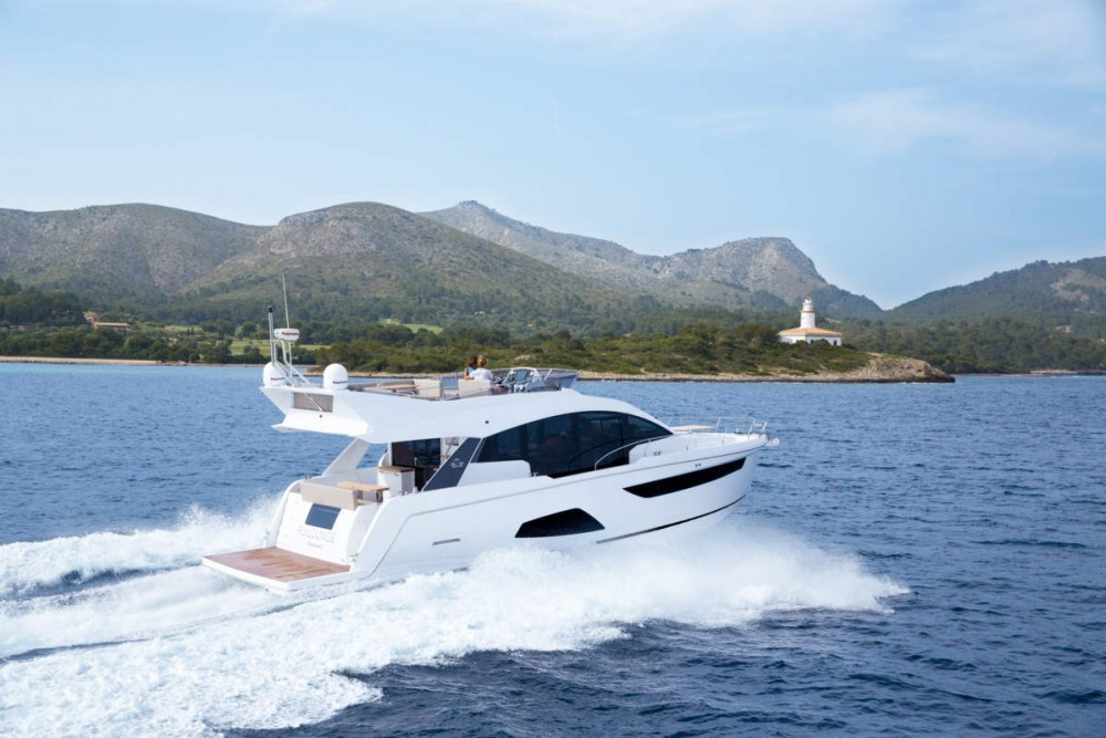 The brand new Sealine F530 is designed to be fully enjoyed both at anchor and at sea, that sort of home away from home that many boaters wish for when they go for a boat this size.