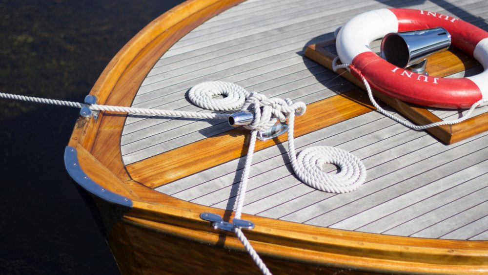 How to Apply Varnish to a Wooden Boat