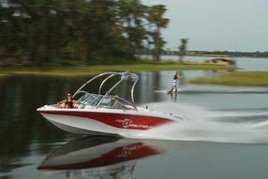 The Crossover Nautique 211 can throw a large wake or small.