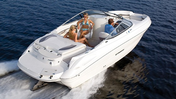 Stingray 215LR bowrider deckboat