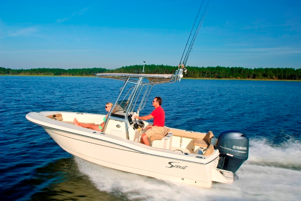 A running photo of the Scout 195 Sportfish.