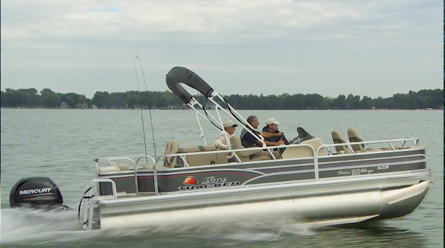 Sun tracker fishin 39 barge 22 xp3 video boat review for Fishing pontoon boat reviews